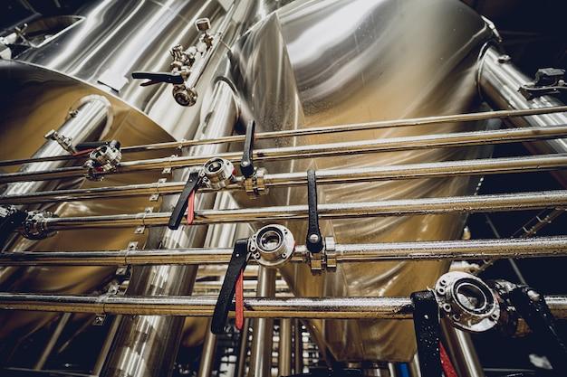 Righe di serbatoi in acciaio per la fermentazione e la maturazione della birra in un birrificio artigianale