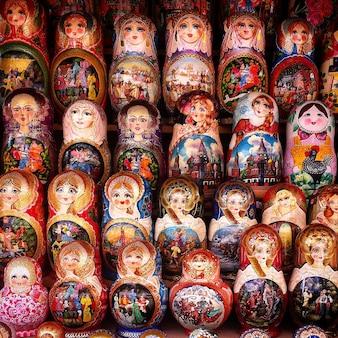 Righe di bambole russe tradizionali di incastramento di matreshka