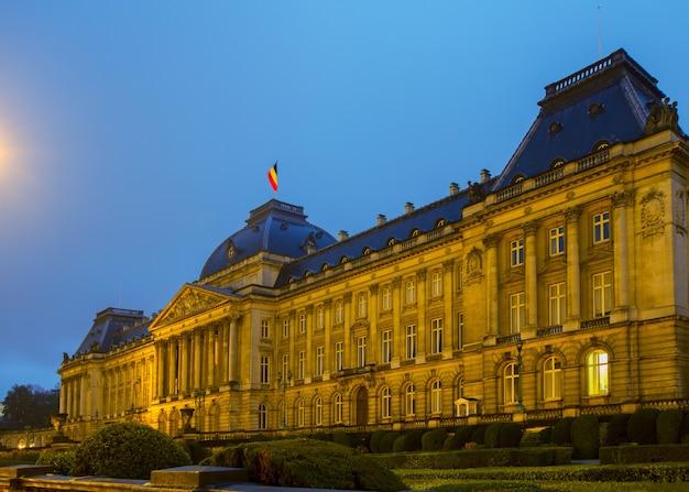 Il palazzo reale di bruxelles di notte, belgio