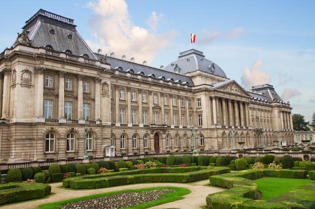 Il palazzo reale di bruxelles con giardino, belgio
