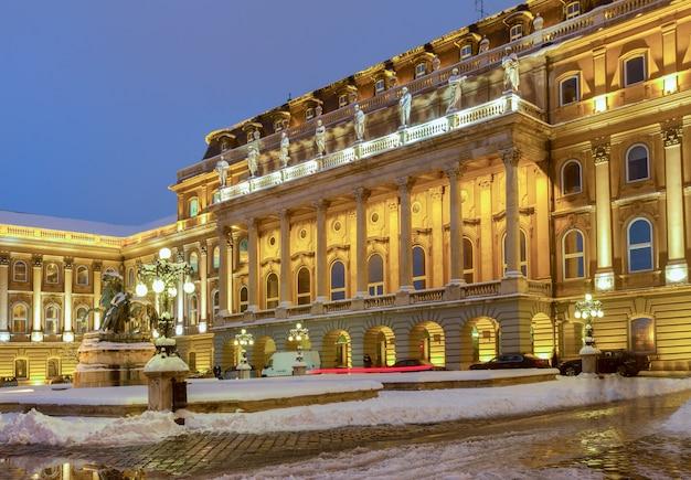 Palazzo reale di budapest di notte blu, ungheria