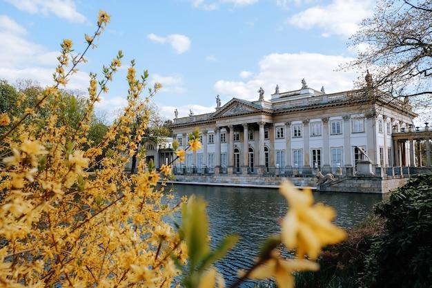 Palazzo reale sull'acqua nel parco lazienki, varsavia