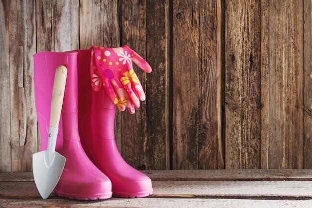 Stivali di gomma in legno sullo sfondo