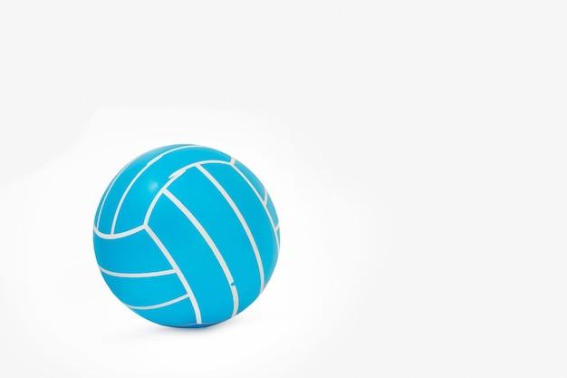 Pallone da pallavolo in gomma isolato su uno sfondo bianco con spazio di copia