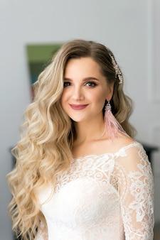 Strofinando una bella sposa con capelli biondi lunghi