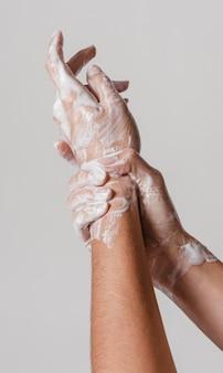 Strofinando le mani con acqua e sapone
