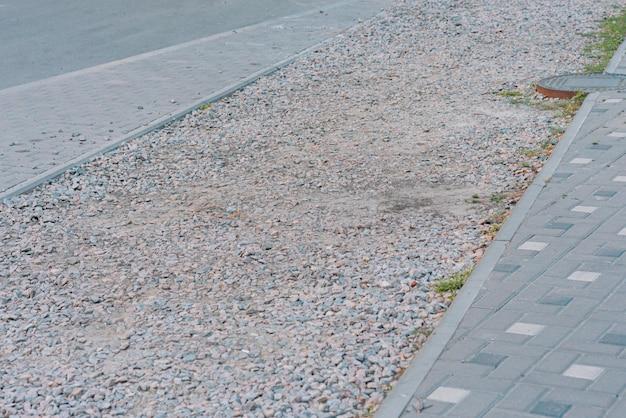 Macerie preparate per la costruzione della pista ciclabile sul marciapiede in costruzione ristrutturazione
