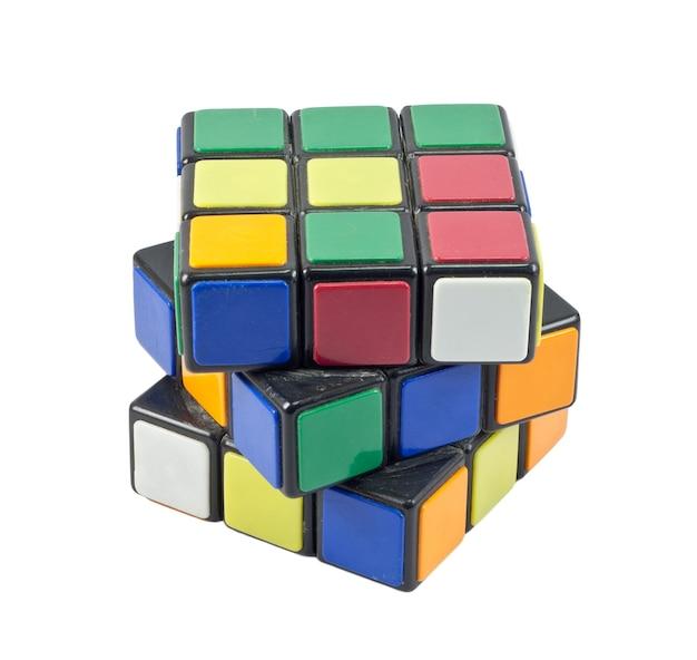 Cubo di rubik isolato su sfondo bianco