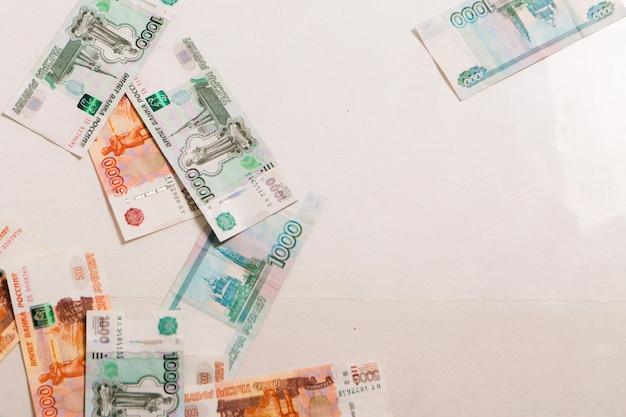 I rubli isolati su uno sfondo bianco. soldi sul pavimento a interessi, investimenti, stipendio. affari e finanza