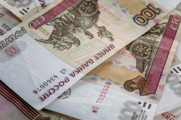Rubli di carta giacciono in un mucchio.