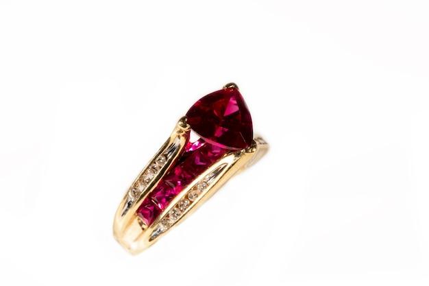 Anello rubino circondato da diamanti, taglio trilioni, anello in oro giallo su sfondo bianco, isolato