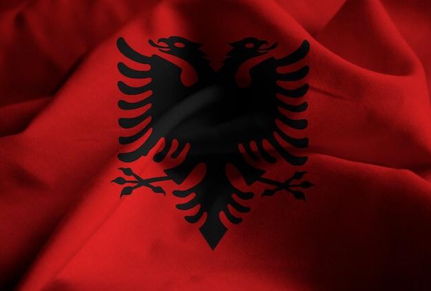 Bandiera arruffata dell'albania che soffia nel vento