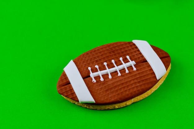 Biscotto di palla da rugby su sfondo verde. sfondo di football americano.