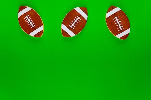 Biscotto di palle di rugby su sfondo verde. sfondo di football americano.