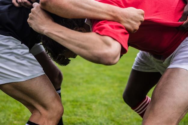 Giocatori di rugby che fanno una mischia