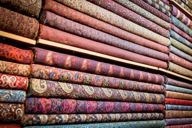 Pila di tappeti e tessuti