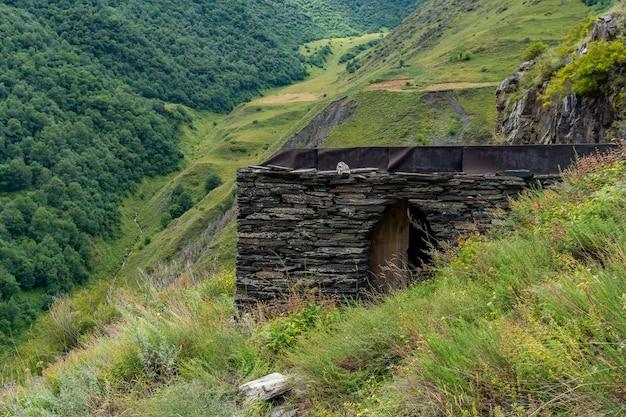 Borgo medievale in rovina e fortezza mutso. regione di khevsureti, georgia, caucaso