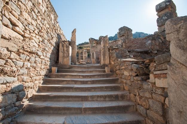 Rovine dell'antica città di efeso, l'antica città greca in turchia, in una bella giornata estiva