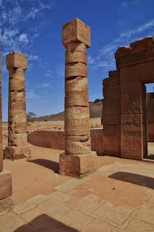 Le rovine di un antico tempio egizio nel deserto del sahara in sudan, nubia