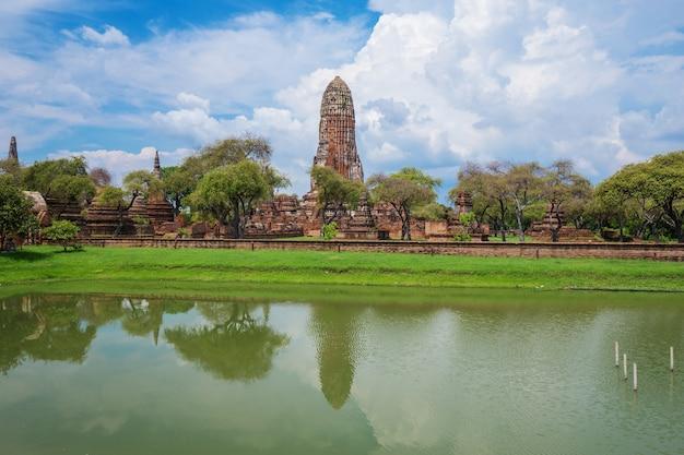 Rovine delle statue e della pagoda di buddha di wat phra ram nel parco storico di ayutthaya, tailandia
