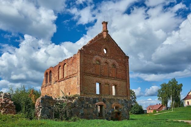 Rovine di una distilleria, sulistroiski manor, shemetovo, bielorussia, distretto di myadzyel