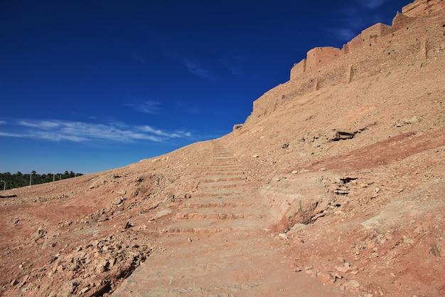 Rovine di una fortezza in una città abbandonata nel deserto del sahara
