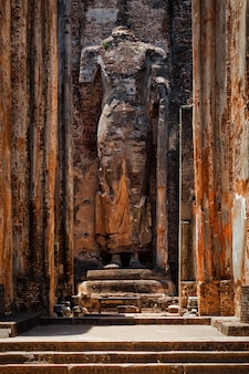 Rovine del tempio lankatilaka vihara con immagine del buddha pollonaruwa sri lanka