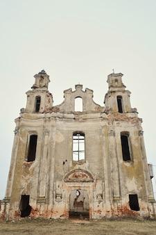 Rovine di una vecchia chiesa cattolica europea in un pomeriggio d'autunno
