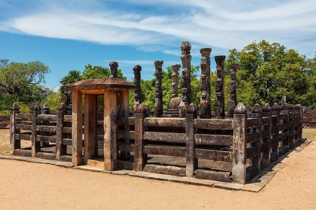 Rovine nel gruppo quadrangolare nell'antica città pollonaruwa sri lanka