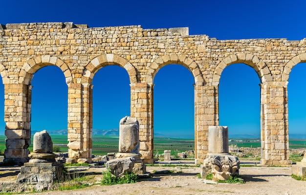 Rovine di una basilica romana a volubilis, un sito del patrimonio mondiale in marocco