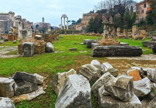 Rovine del foro romano a roma, italia.