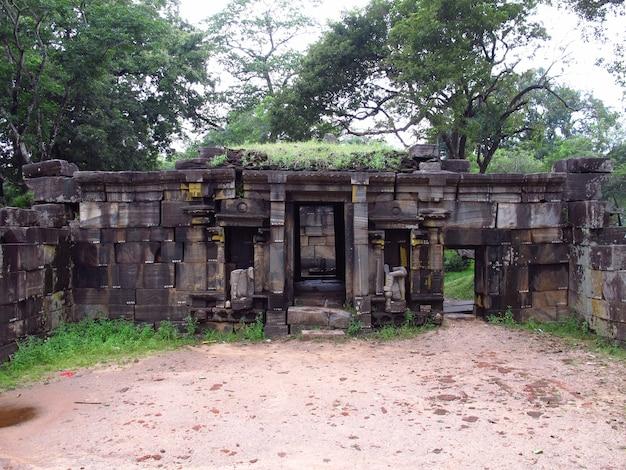 Rovine di siva devalaya nel parco di polonnaruwa, sri lanka