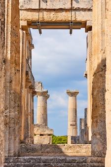 Rovine del tempio di aphaea nell'isola di egina, isole saroniche, grecia