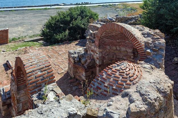Rovine del muro intorno alla città di nessebar, bulgaria.