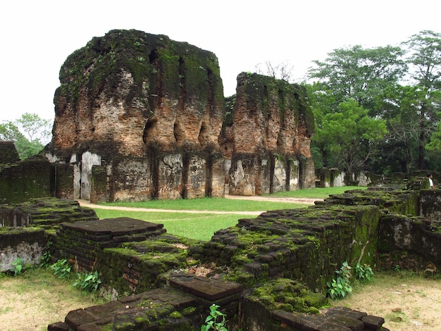 Rovine di weijantha prasada nel parco polonnaruwa, sri lanka