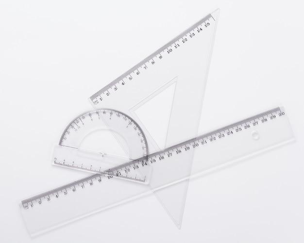 Metrica del righello a sfondo bianco, vista dall'alto
