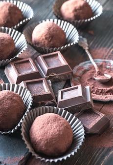 Palline di rum con cacao in polvere e fette di cioccolato