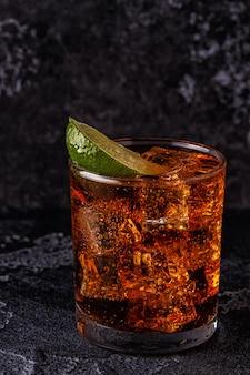 Rum e cola cuba libre con lime e ghiaccio