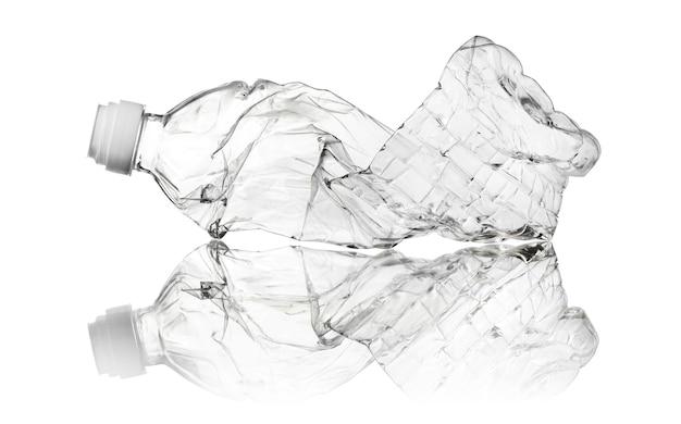 Bottiglia di plastica trasparente usata spiegazzata isolata su fondo bianco