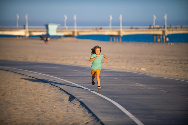 Corri bambino all'aperto. il ragazzo sportivo ha la corsa.