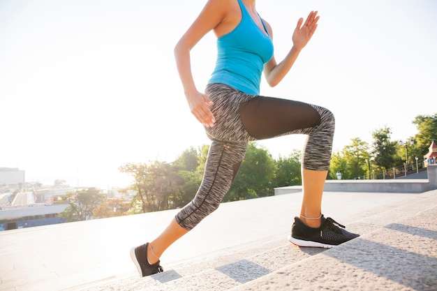 Atleta corridore in esecuzione sulle scale. concetto di benessere di allenamento da jogging fitness donna.