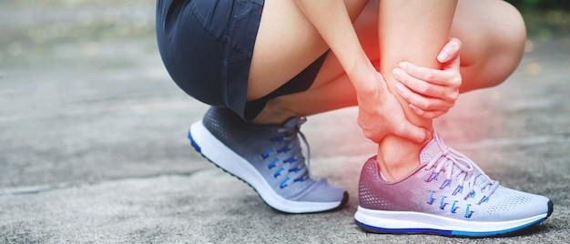 Un corridore ha avuto molto dolore alle gambe nel parco.