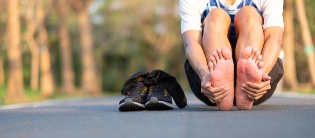 Corridore con dolori al piede e problemi dopo la corsa e l'esercizio al di fuori del mattino