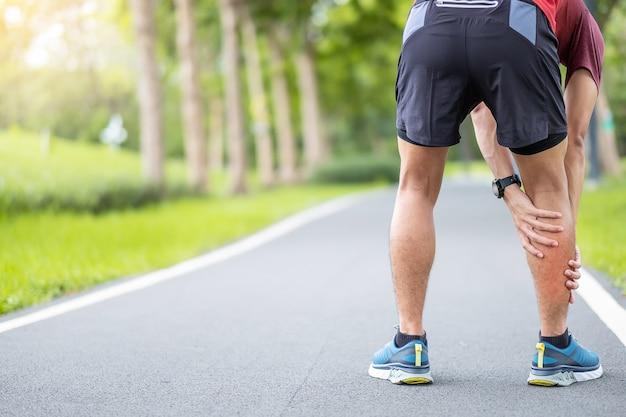 Corridore uomo che ha dolore alle gambe a causa della trazione muscolare del polpaccio