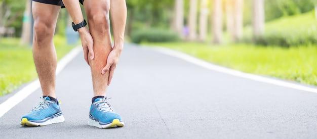 Corridore uomo che ha dolore alle gambe a causa di shin splints