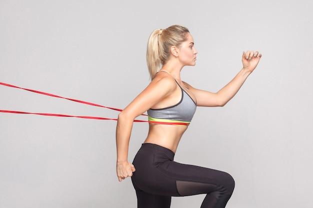 La donna runner ha raggiunto il traguardo. sport, concetto di fitness. foto in studio