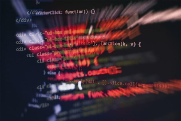 Esecuzione di dati del computer / programmazione www. testo dello script di codifica sullo schermo. foto del primo piano del taccuino.