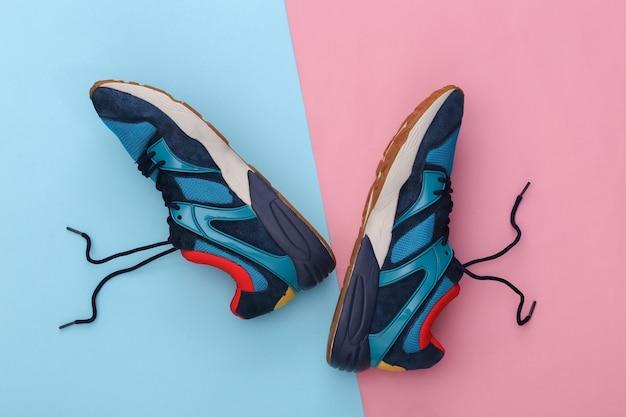 Scarpe da corsa (sneaker) su sfondo rosa pastello blu. stile di vita sano, allenamento fitness. vista dall'alto