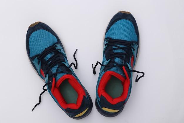 Scarpe da corsa (scarpe da ginnastica) su sfondo bianco. stile di vita sano, allenamento fitness. vista dall'alto