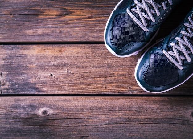 Scarpe da corsa su uno sfondo di legno. sport